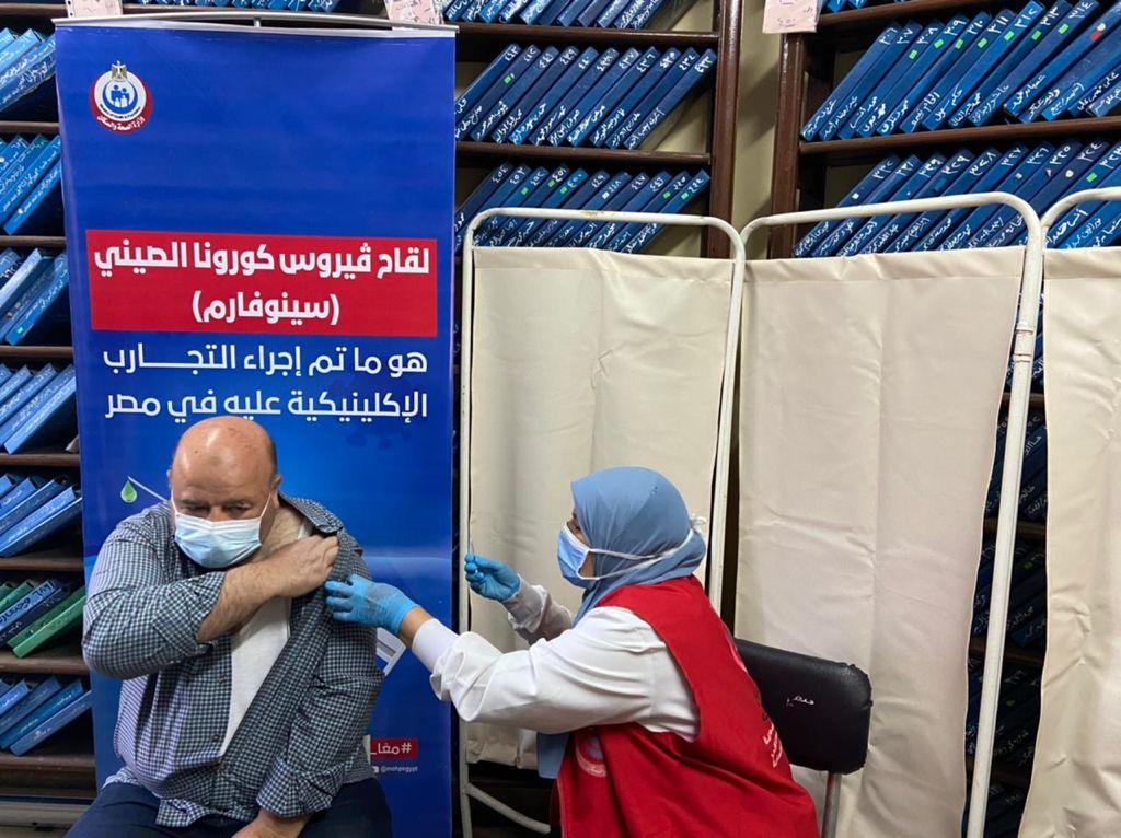 اللاجئون وطالبو اللجوء يحصلون على لقاح كوفيد-19 في مصر